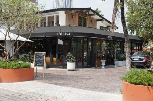 L'OLIVAの店前